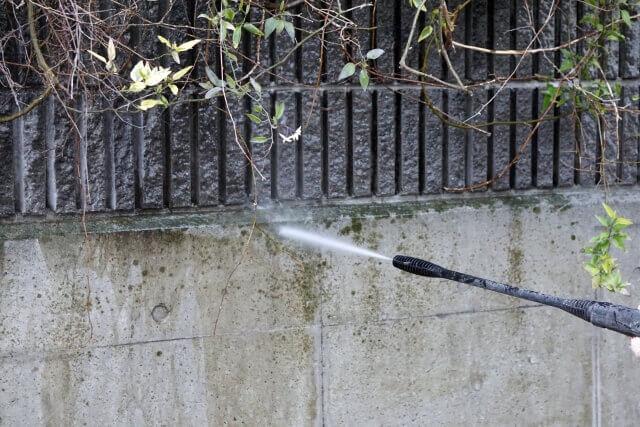 コンクリートに生えた苔を高圧洗浄で落とす方法