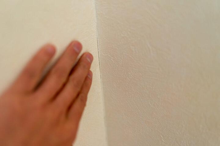 手垢や皮脂汚れによる壁の黒ずみの落とし方
