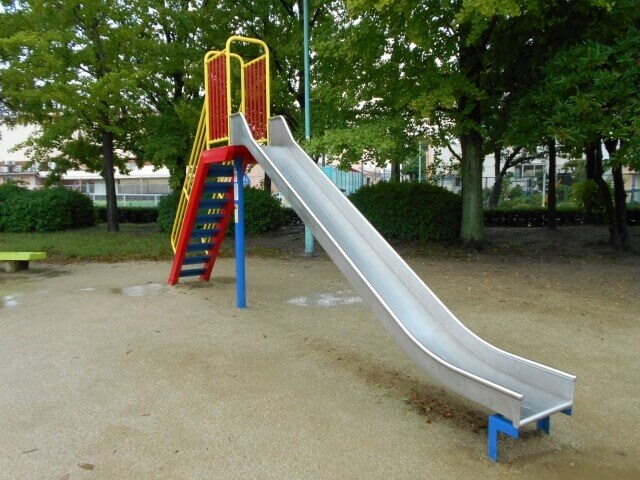 公園のトイレや遊具を掃除手順