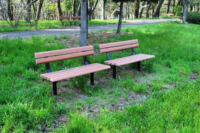 公園のベンチを掃除する方法