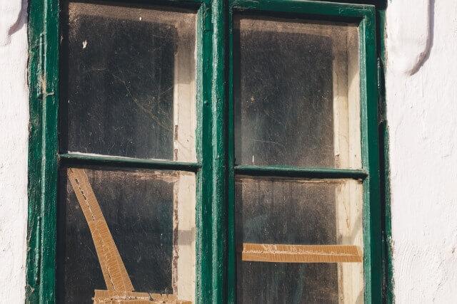 窓ガラスが汚れる原因~砂土や花粉~