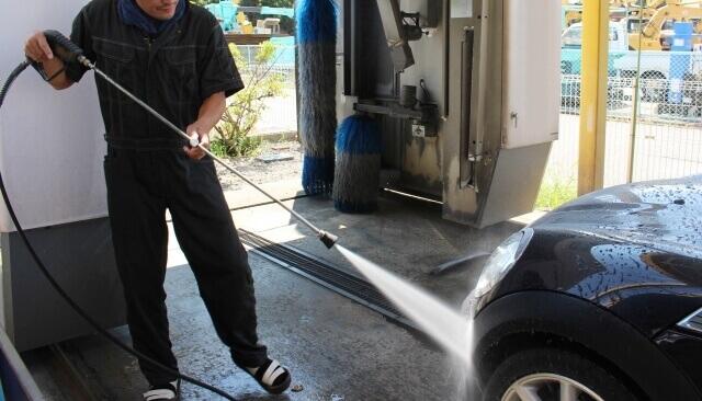 高圧洗浄機で洗浄剤を洗い流す