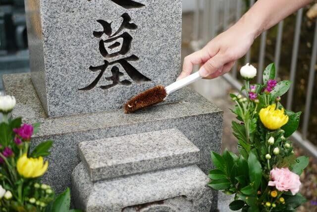 墓石のクリーニングは自分でもできる?必要な道具や具体的な手順をわかりやすく解説!
