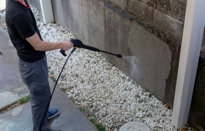外壁塗料を高圧洗浄機で剥がす
